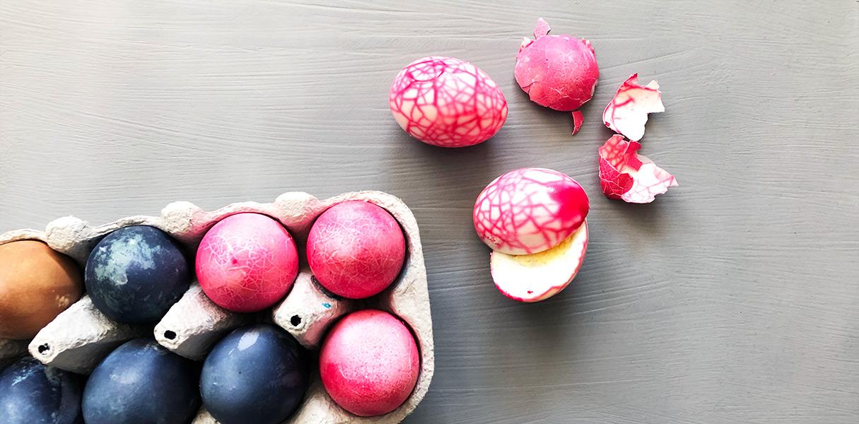 Sådan laver du smukke marmorerede æg til påskebordet